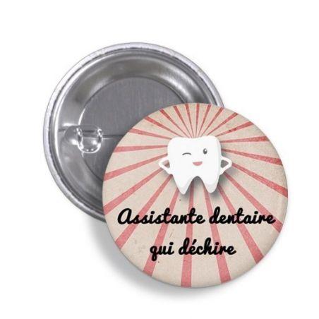 Badge Assistante dentaire qui déchire La chouette mauve Livraison rapide Fabrication en France